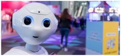 Online Marketing Rockstars 2018 mit Roboter Pepper auf dem Stand von FUTURE CANDY GmbH